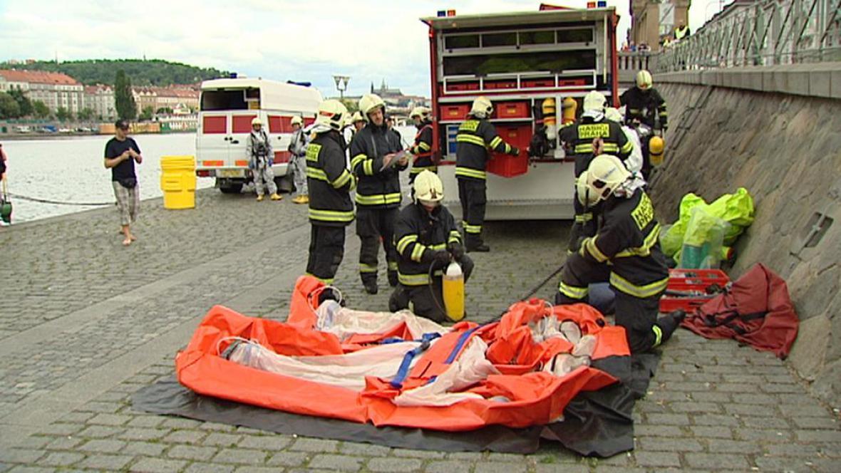 Cvičení hasičů na Vltavě