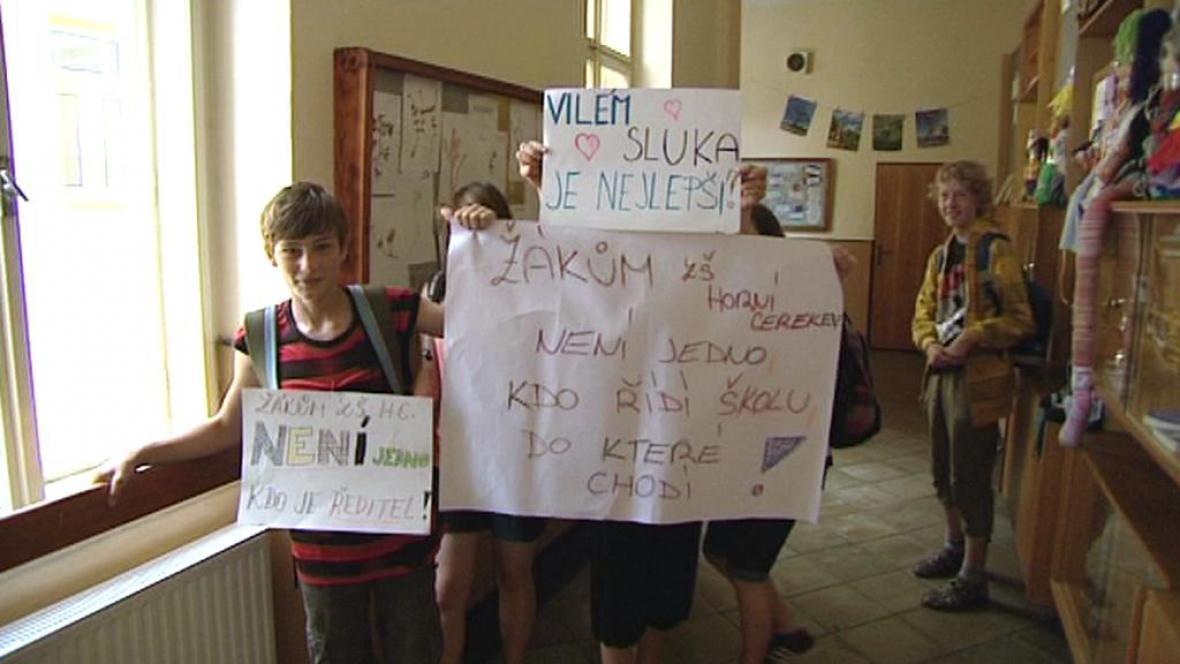 Žáci protestují proti odvolání ředitele Sluky