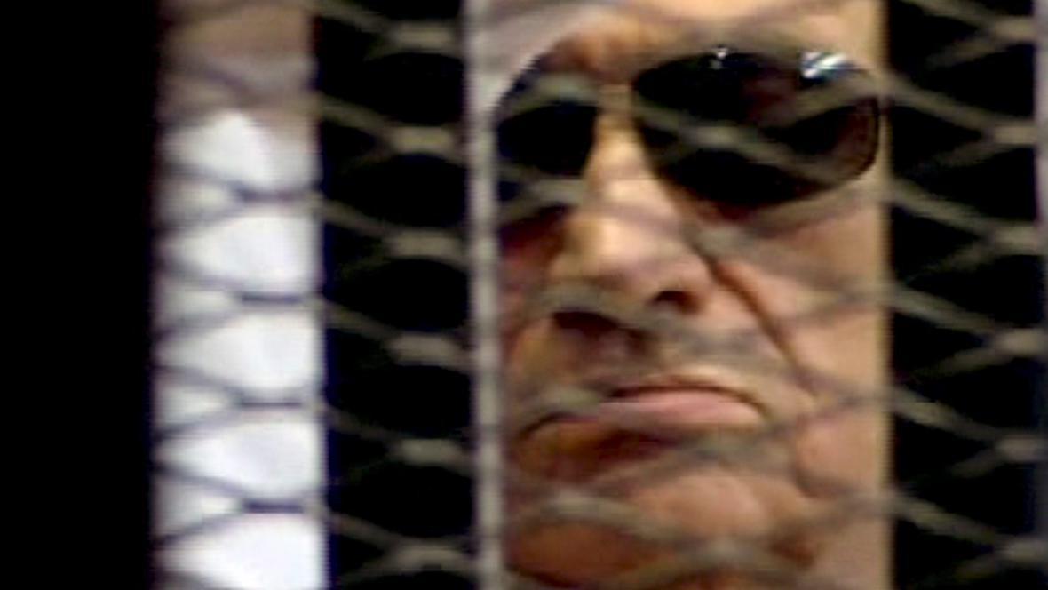 Husní Mubarak u soudu (záběr Egyptské státní televize)