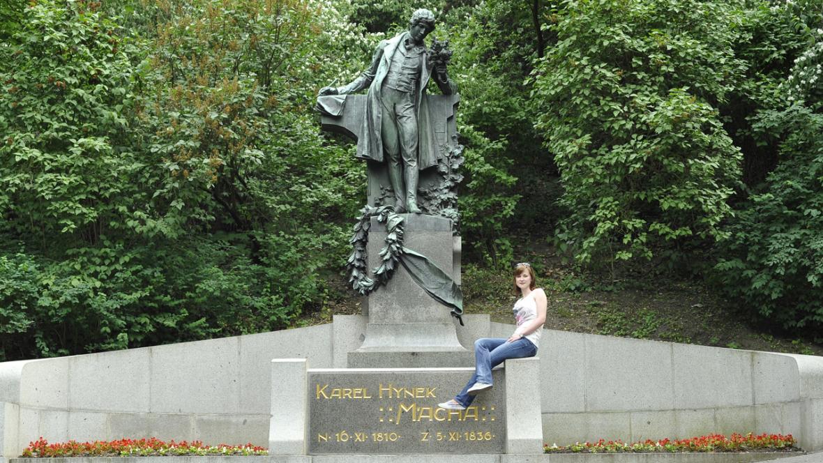 Socha Karla Hynka Máchy na Petříně