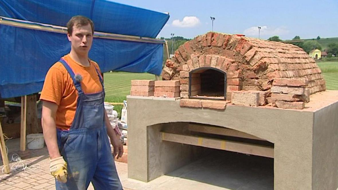 Stavba obecní pece v Synkově-Slemenu