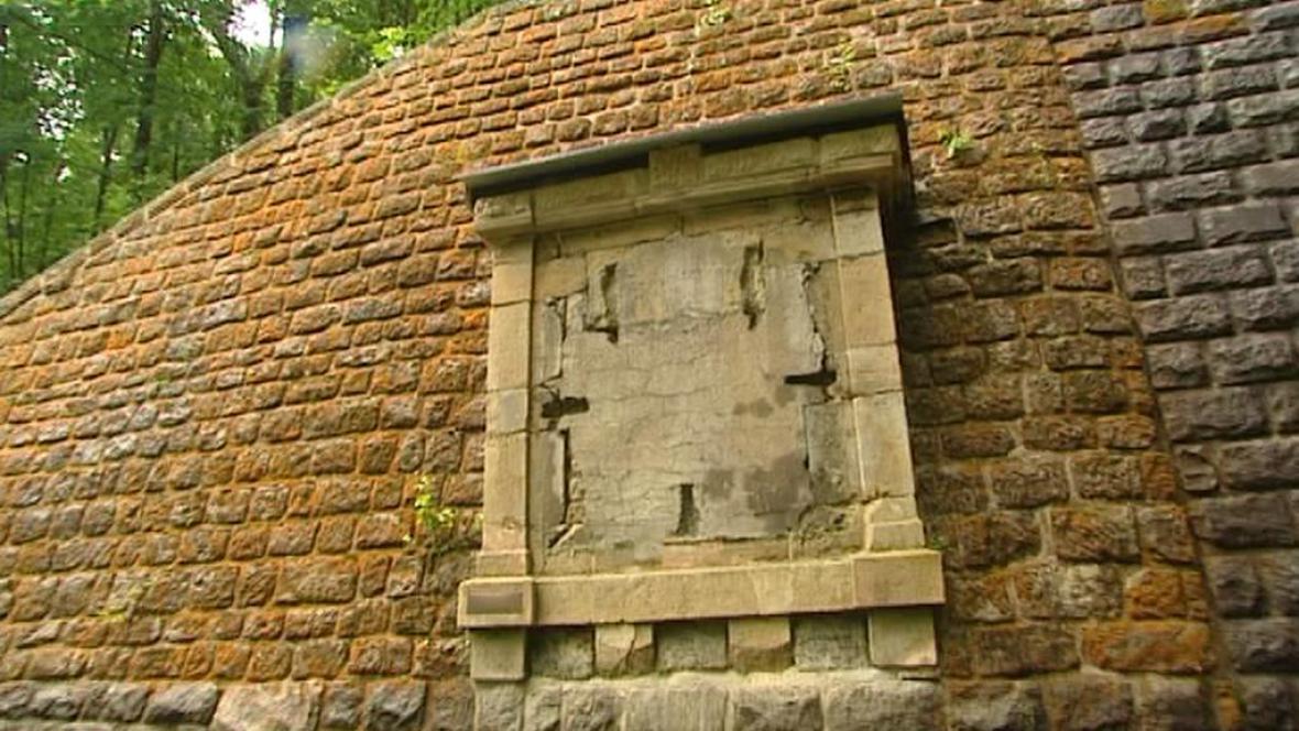 Po bronzové desce zbyl u tunelu jen podklad