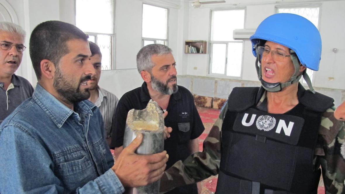 Syřané se členy pozorovatelské mise OSN