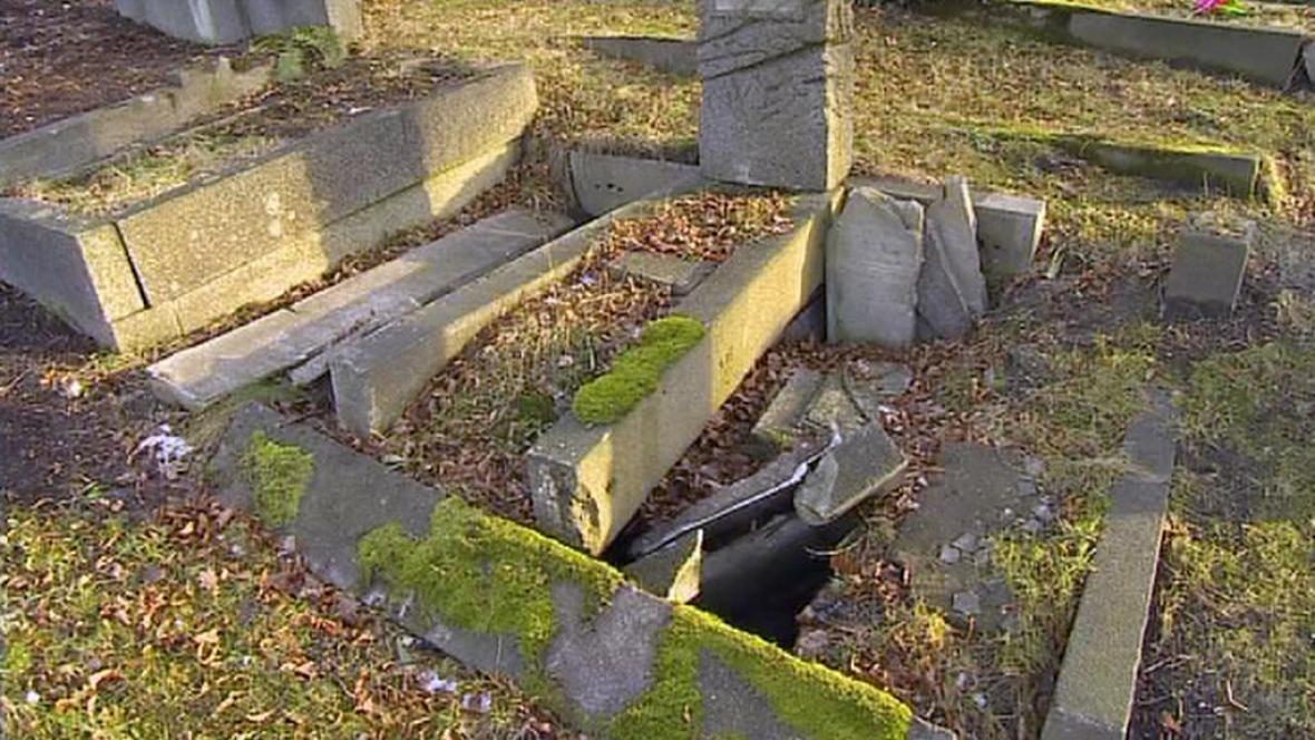 Vykradený hrob