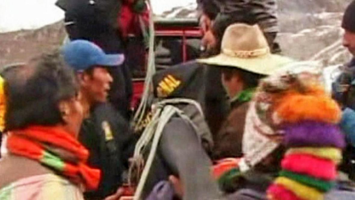 Peruánští záchranáři s obětí havárie vrtulníku