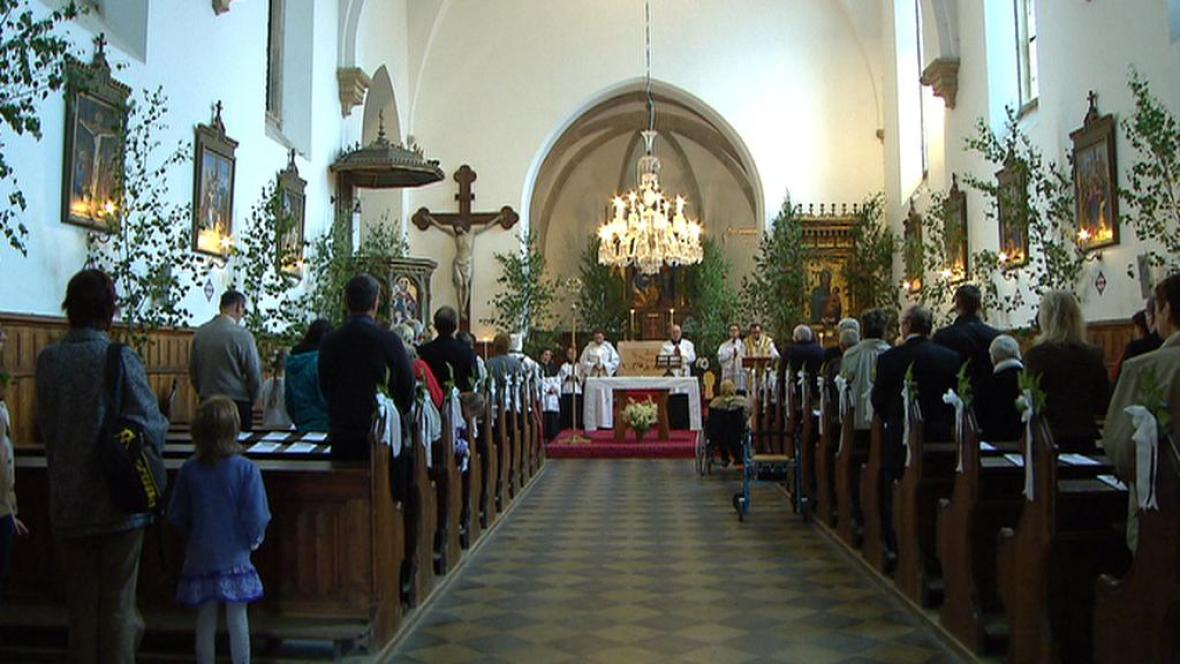 Věřící v kostele sv. Petra v Křivoklátě