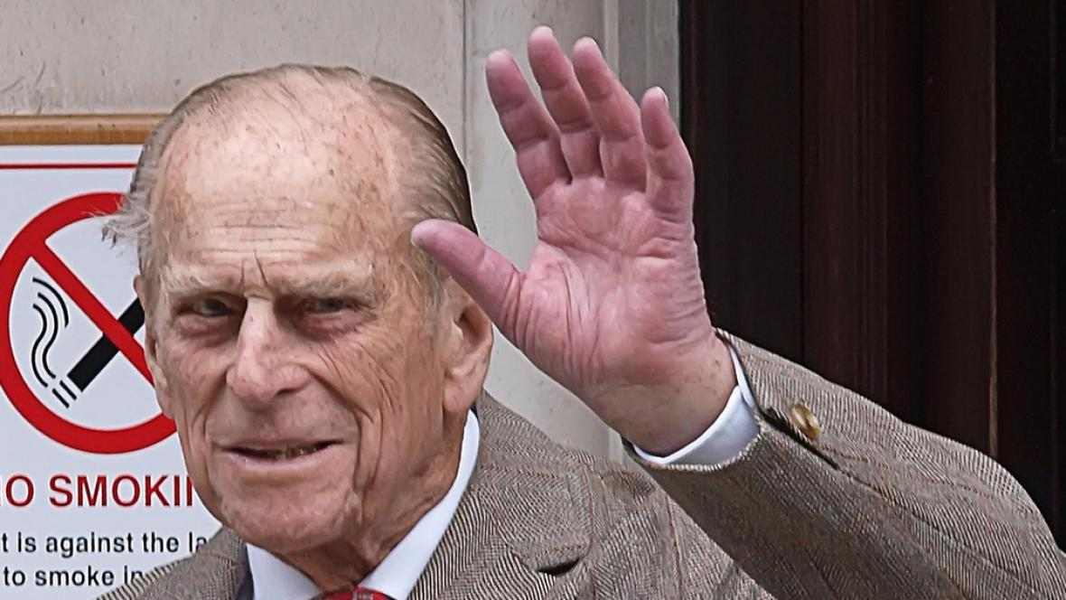 Princ Philip opouští nemocnici