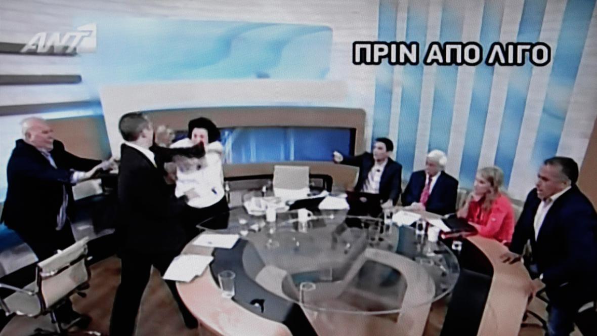 Rvačka při řecké televizní debatě