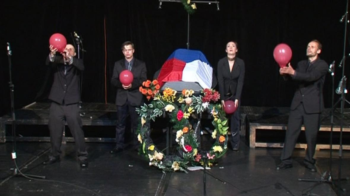 Divadlo Feste uvádí hru Pohřbívání