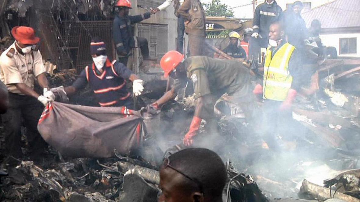 Vyprošťování obětí z havarovaného letadla v Lagosu