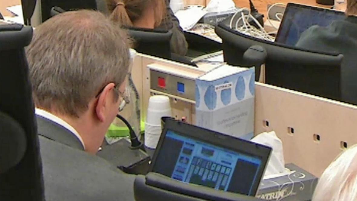 Ernst Henning Eielsen hraje solitaire při procesu s Breivikem