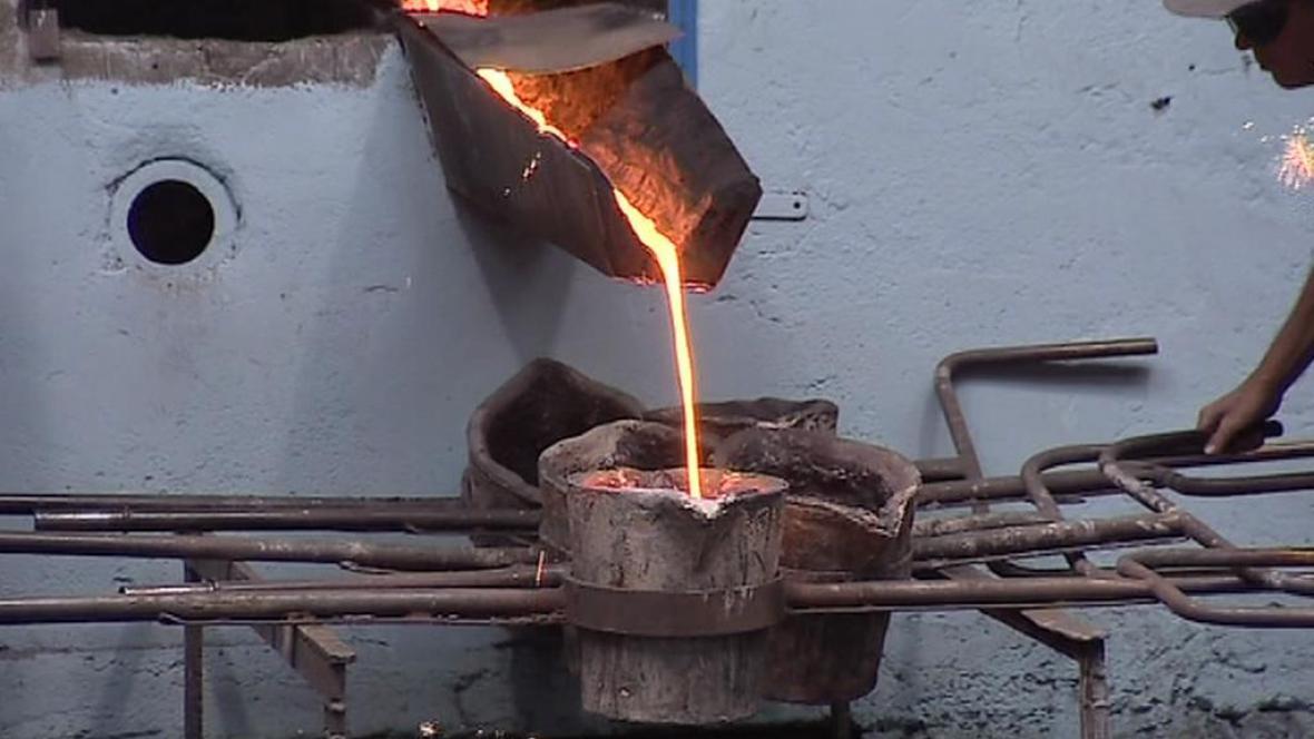 Tavení železa v historické peci
