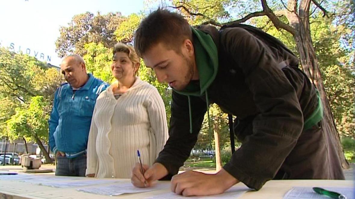 Lidé podepisují petici proti Corsu Americká