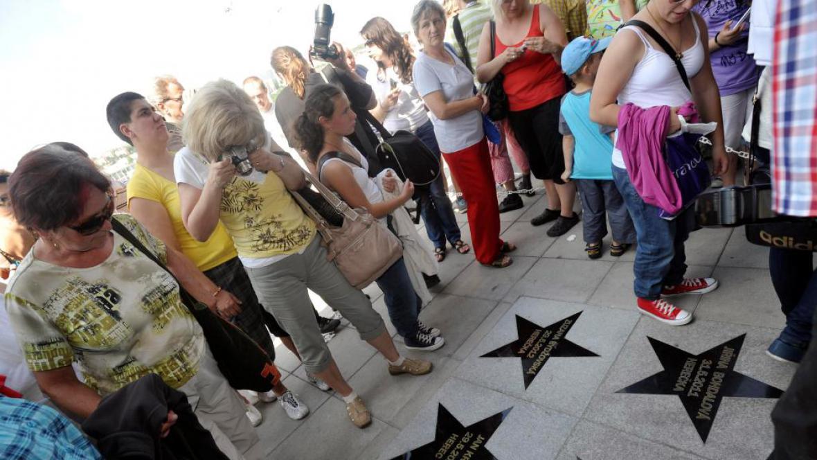 Na chodníku slávy ve Zlíně byly odhaleny hvězdy hercům Zuzaně Bydžovské a Janu Krausovi
