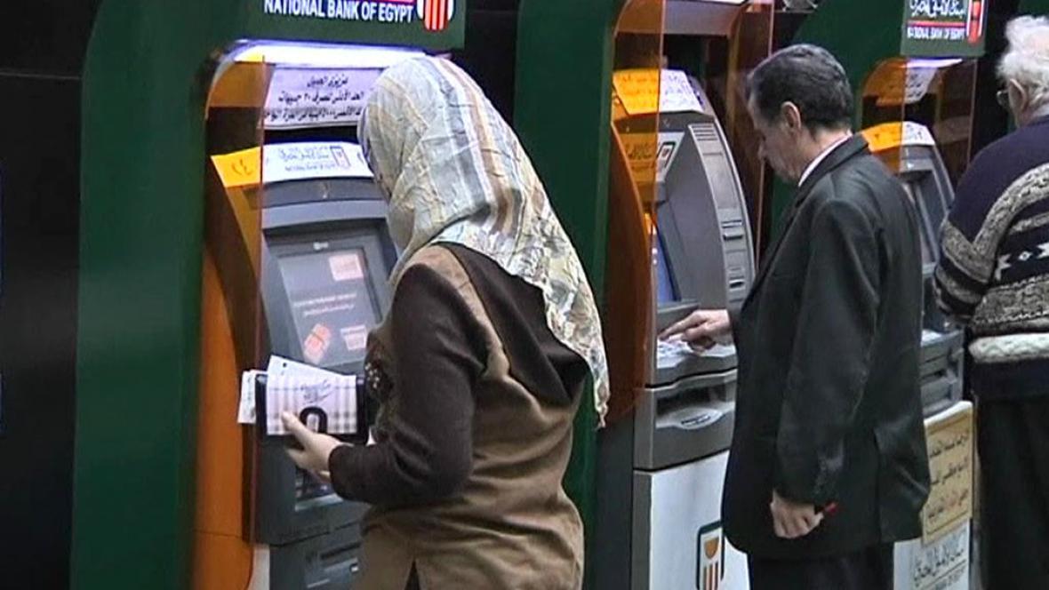 Muslimové vybírají z bankomatu