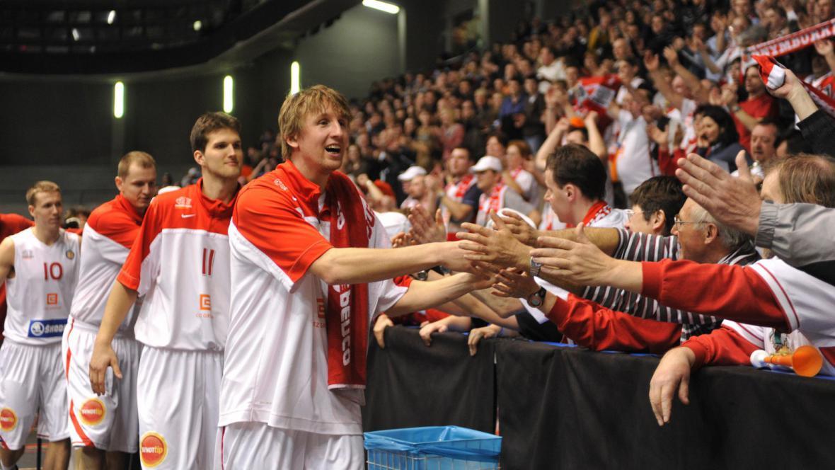 Basketbalisté Nymburka slaví vítězství nad CSKA