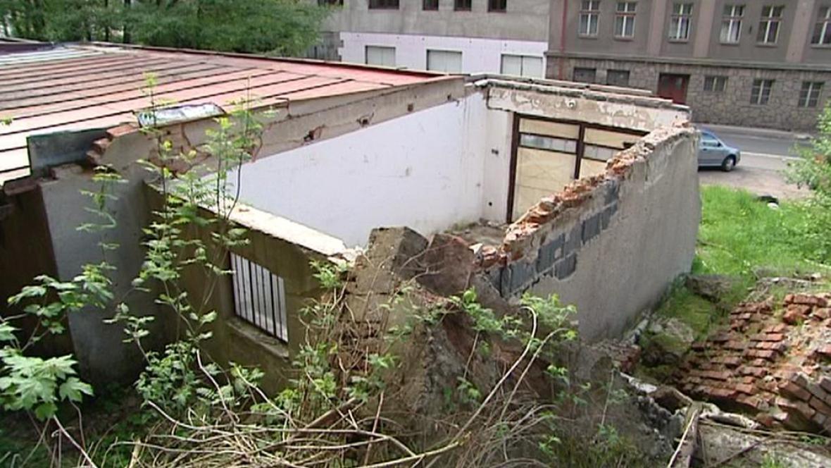 Spadlá zeď poškodila garáž