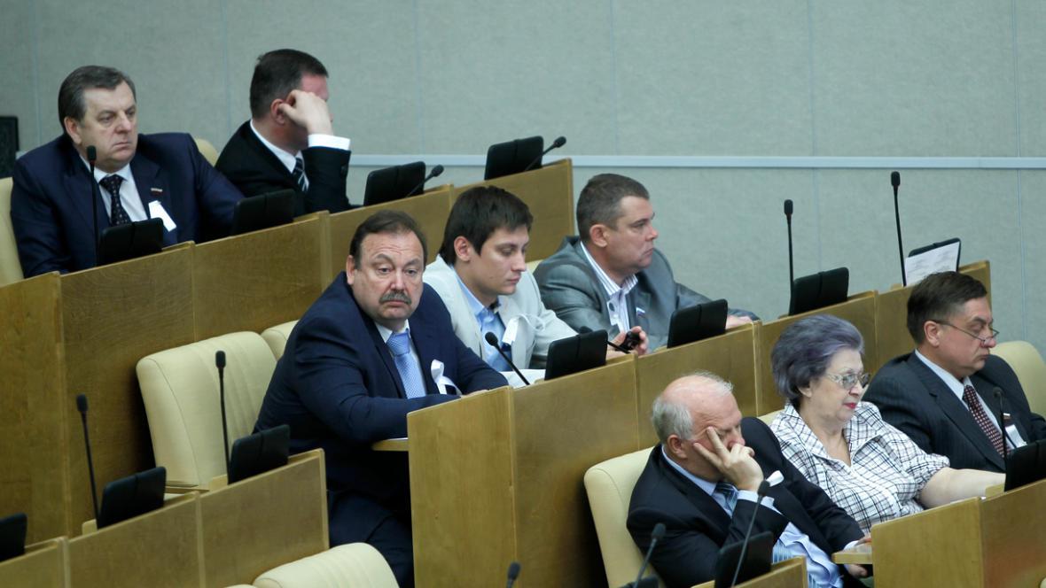 Poslanci za Spravedlivé Rusko s bílou stuhou