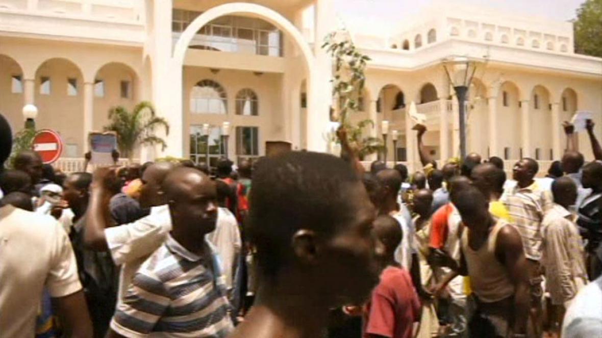 Dav před prezidentským palácem v Mali