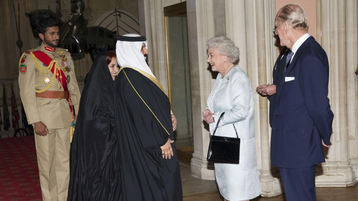 Bahrajnský král Hamad bin Ísá Chálífa a královna Alžběta II. s princem Philipem