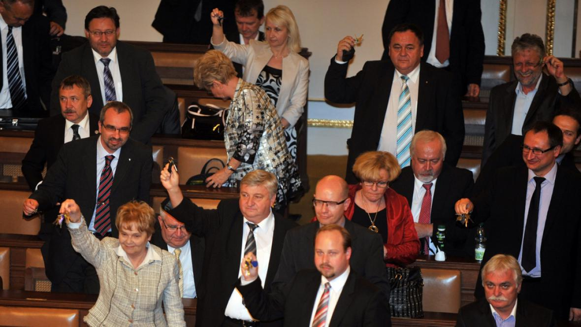 Poslanci ČSSD a KSČM si zazvonili klíčemi