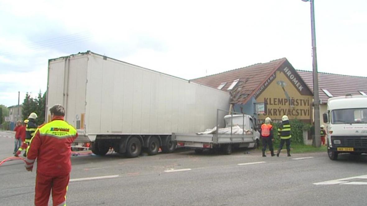 Kamion narazil do domu