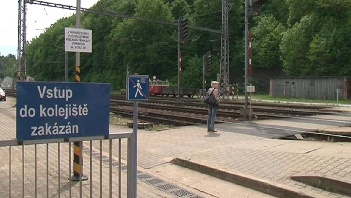 Lidé si v Blansku krátí cestu přes koleje