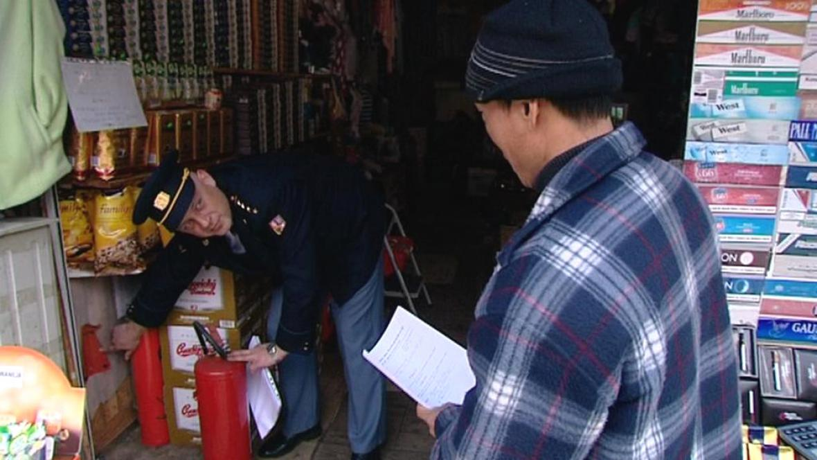 Hasiči kontrolují požární bezpečnost tržnic