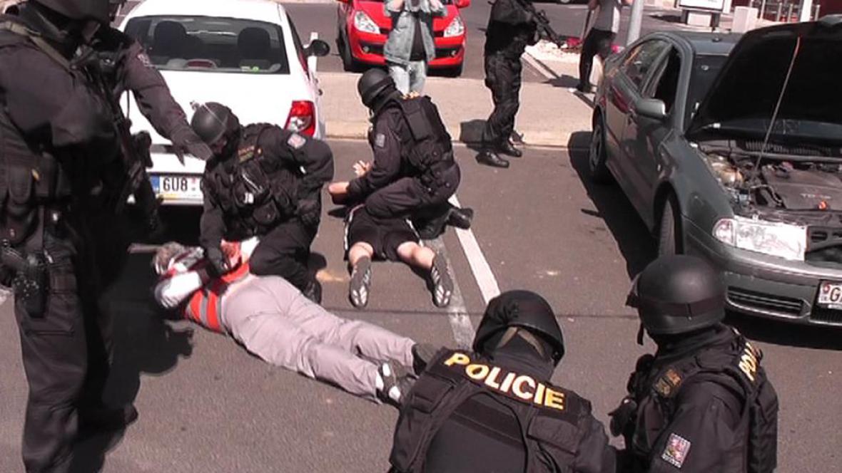 Policie zatkla podvodníky, kteří chtěli prodat pozemky pod Kyselkou