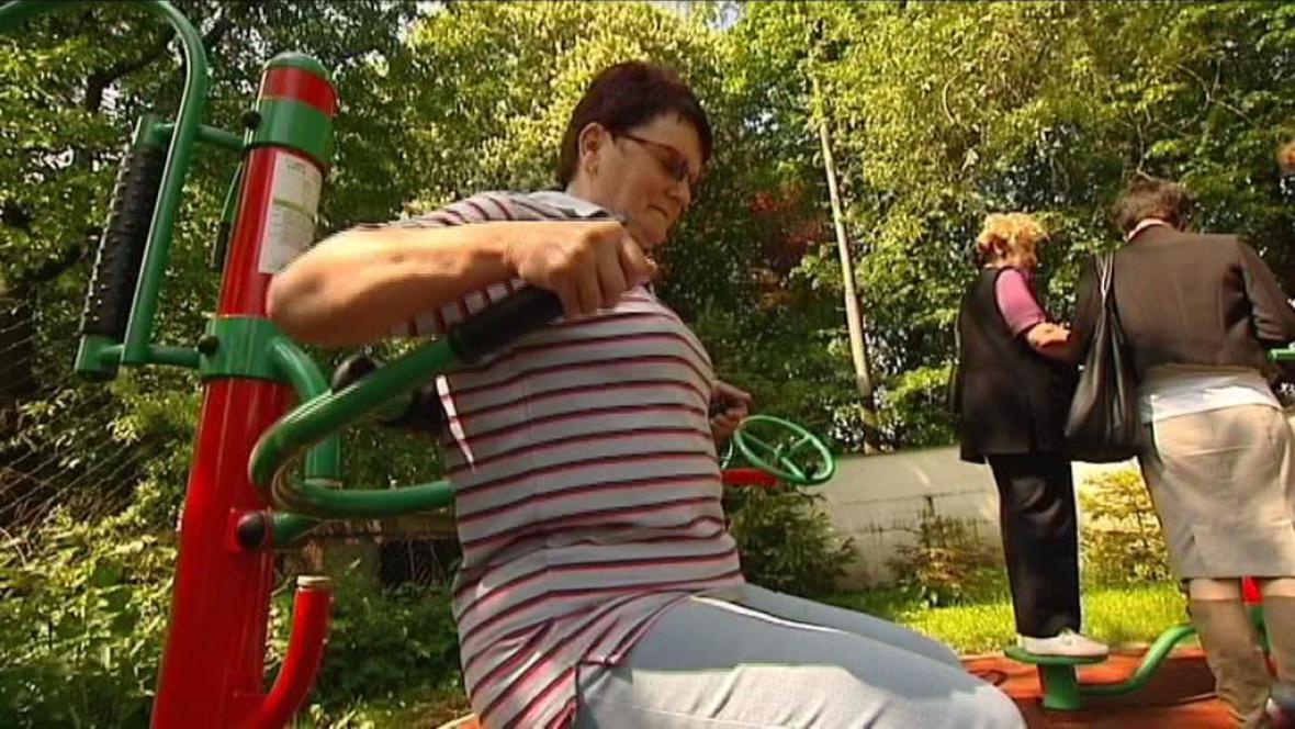 Cvičení seniorů v parku