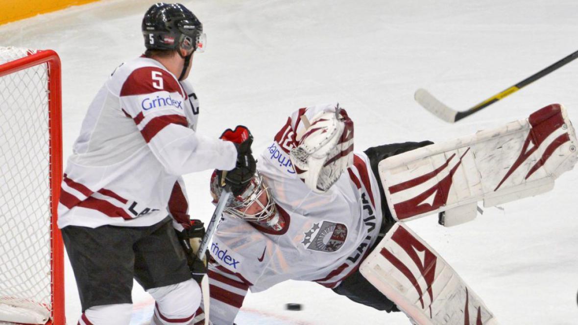 Lotyšský gólman Masalskis v akci