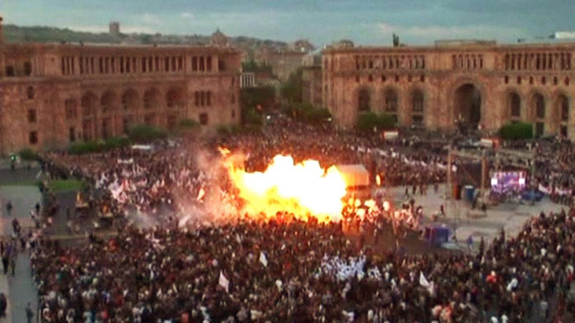 Výbuch balonků na mítinku v Jerevanu