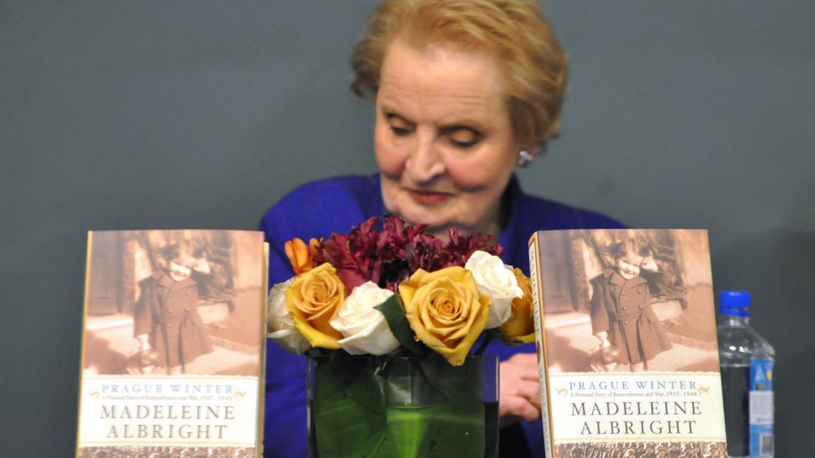 Madeleine Albrightová s knihou Prague Winter