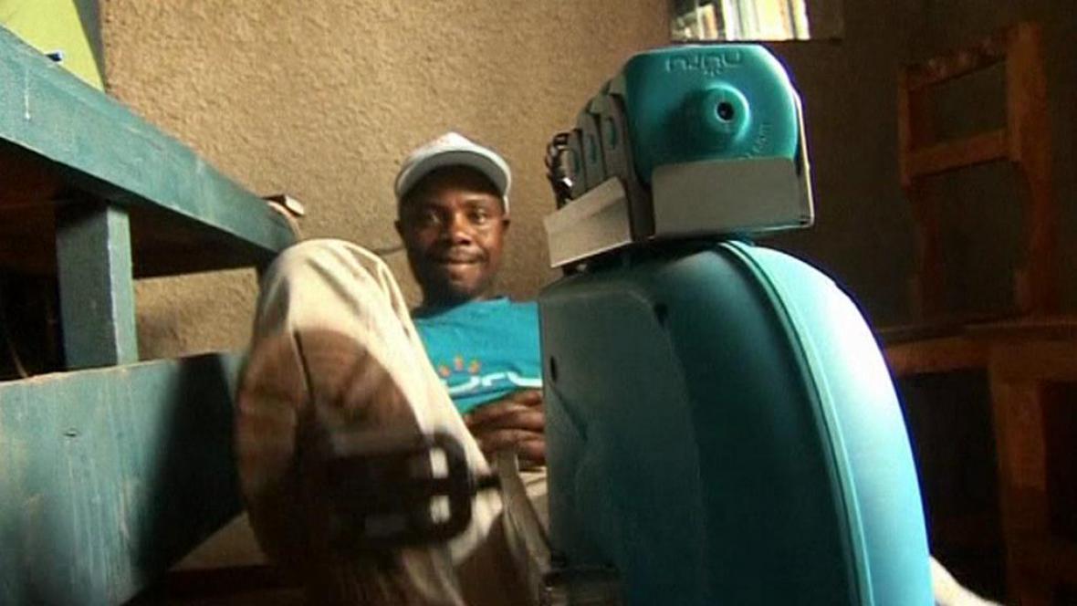 Podnikatel François Nsengimana nabíjí lidem čelovky