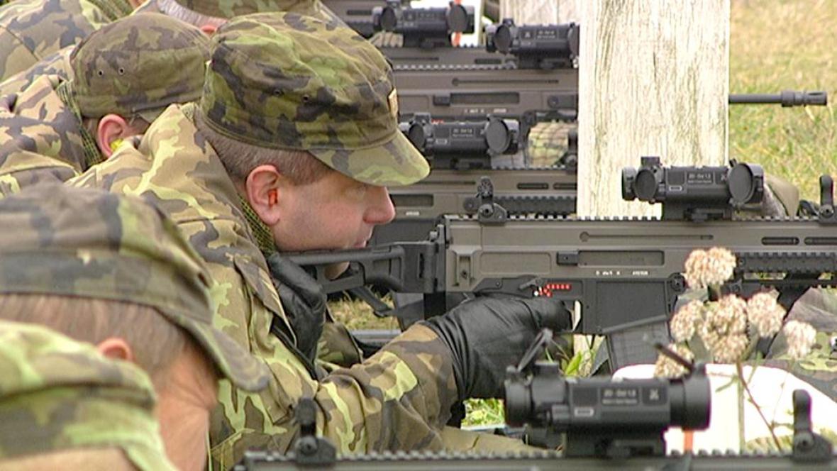 Čeští vojáci s puškou Bren