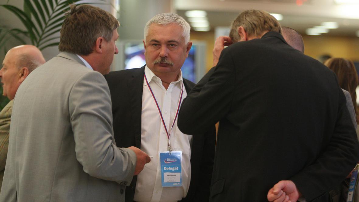 Pavel Dlouhý (uprostřed)