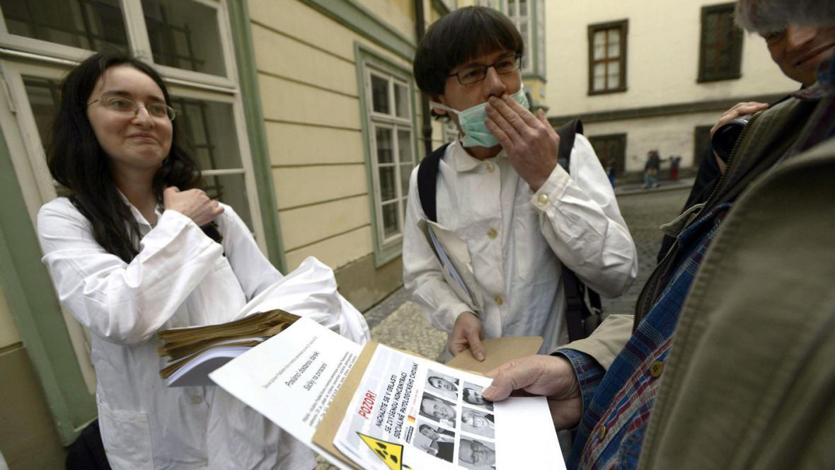 Aktivisté rozdávají sáčky na zvracení