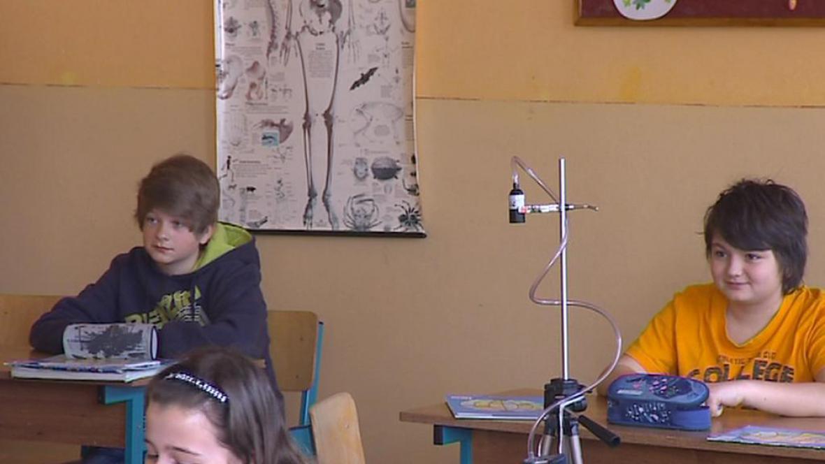 Přístroj měří ve třídě výskyt azbestu