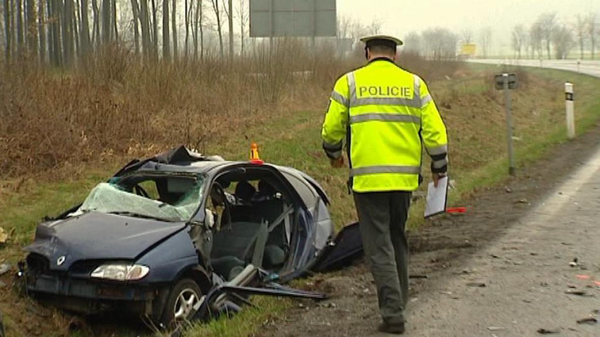 Policista zkoumá havarované auto