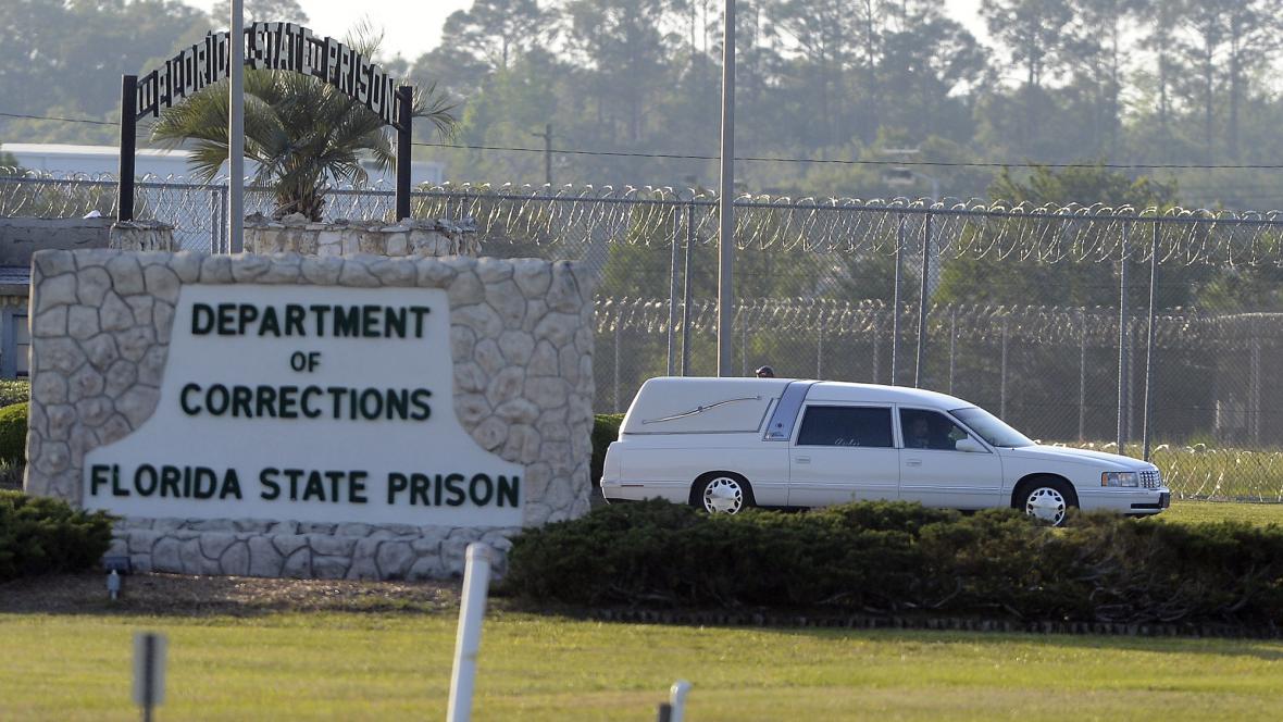 Pohřební vůz odváží z floridské věznice tělo Davida Gora
