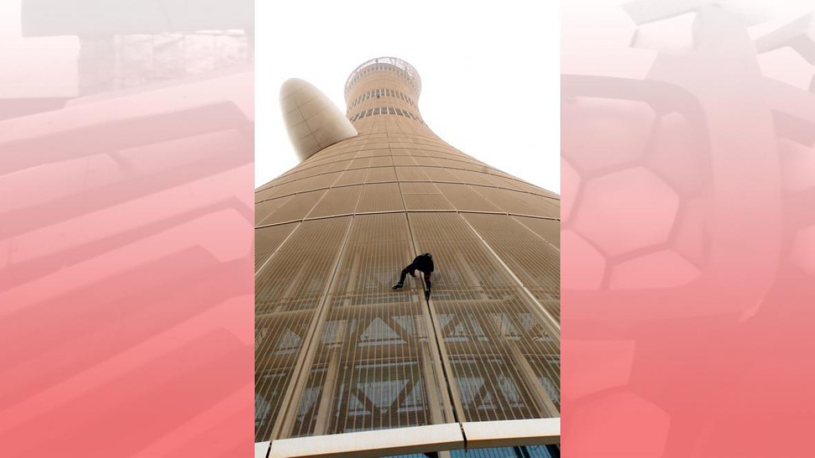 Pavoučí muž na věži v Dauhá