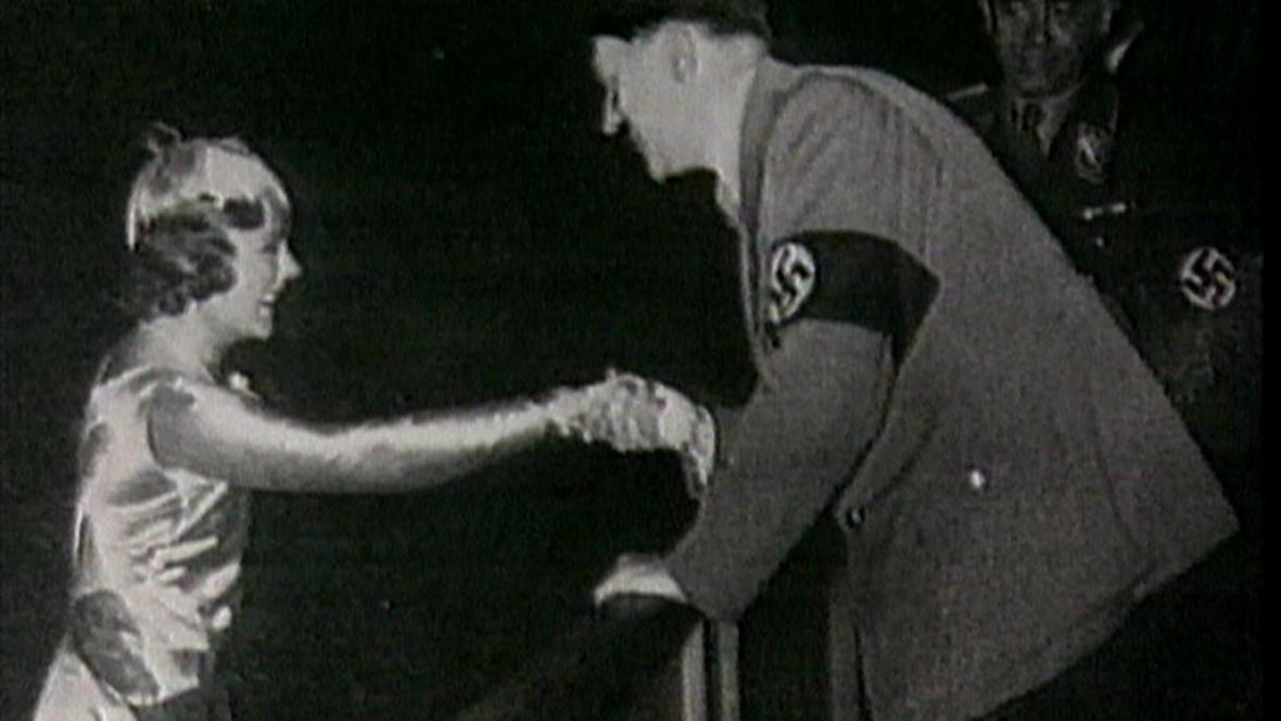 Sonja Henie přijímá gratulaci od Hitlera