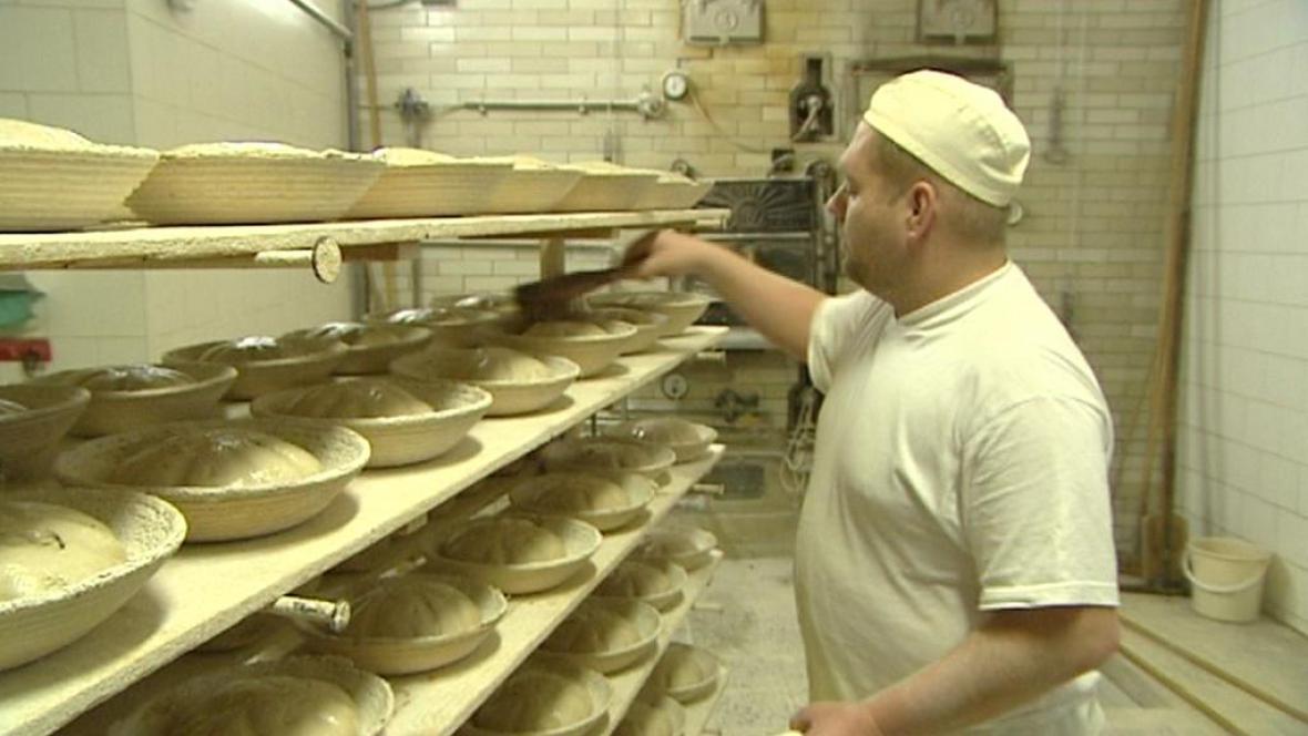 Pekař připravuje chleba k pečení