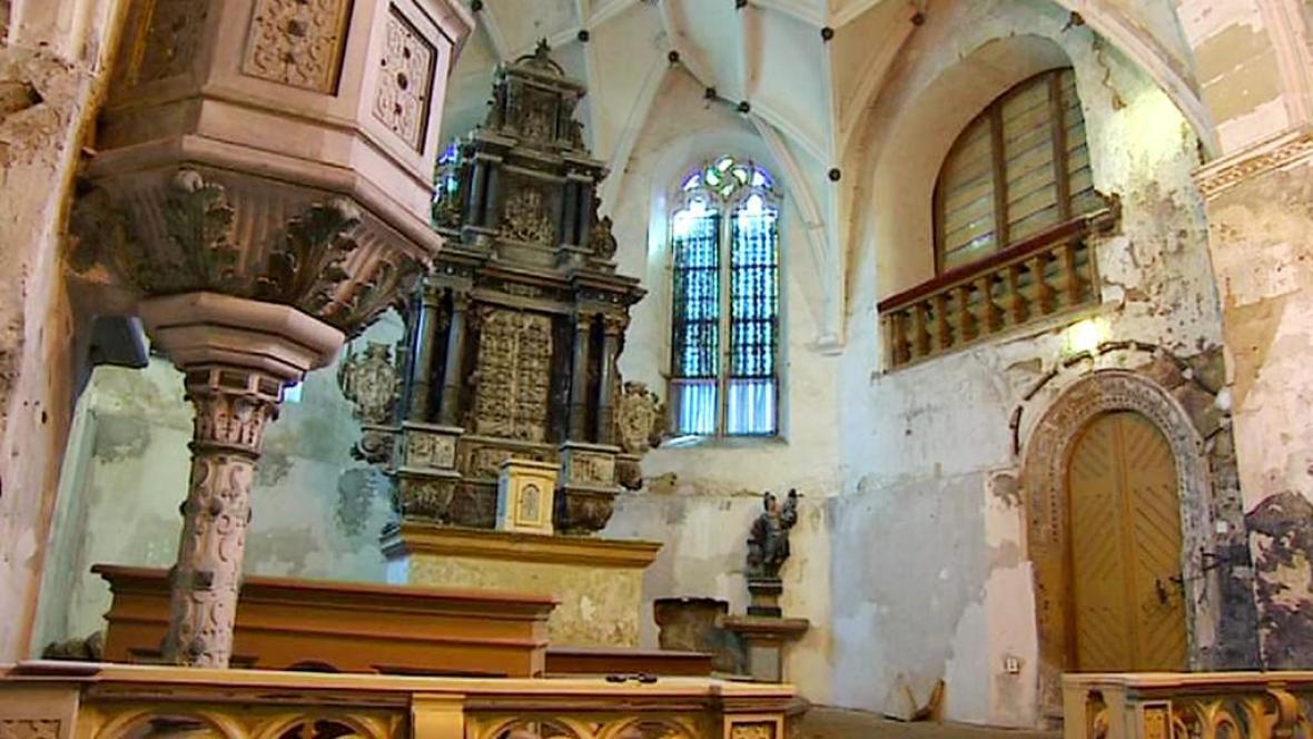 Poničený kostel sv. Floriána