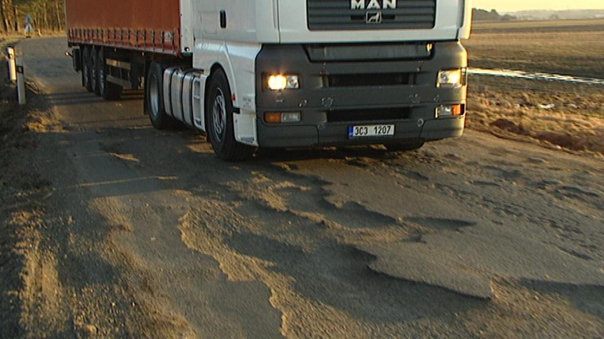 Kamionová doprava ničí silnice