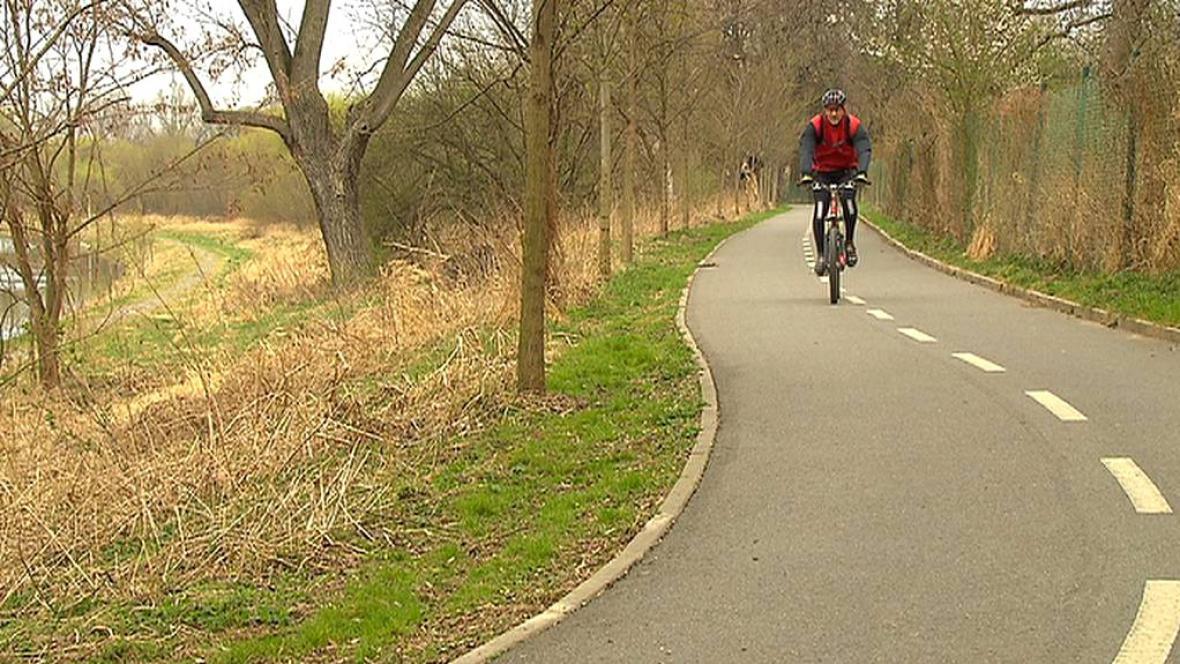 Podél cyklostezky už vede i pěšina pro chodce