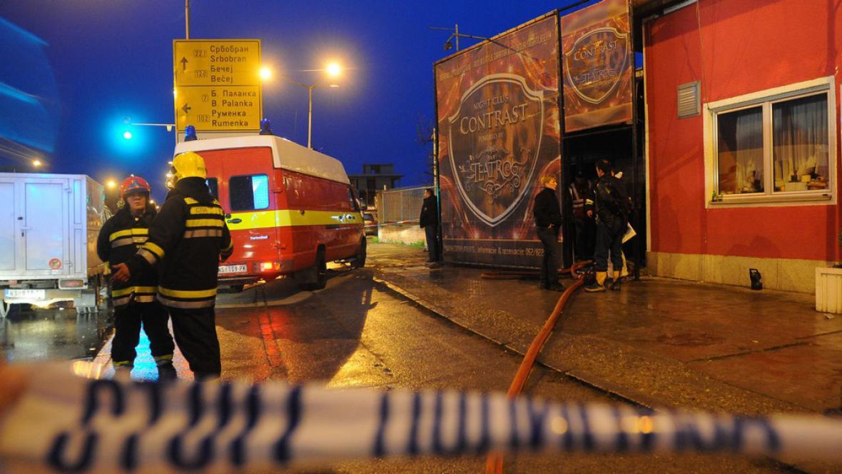 Hasiči před klubem v severním Srbku, kde při požáru zahynulo 6 lidí