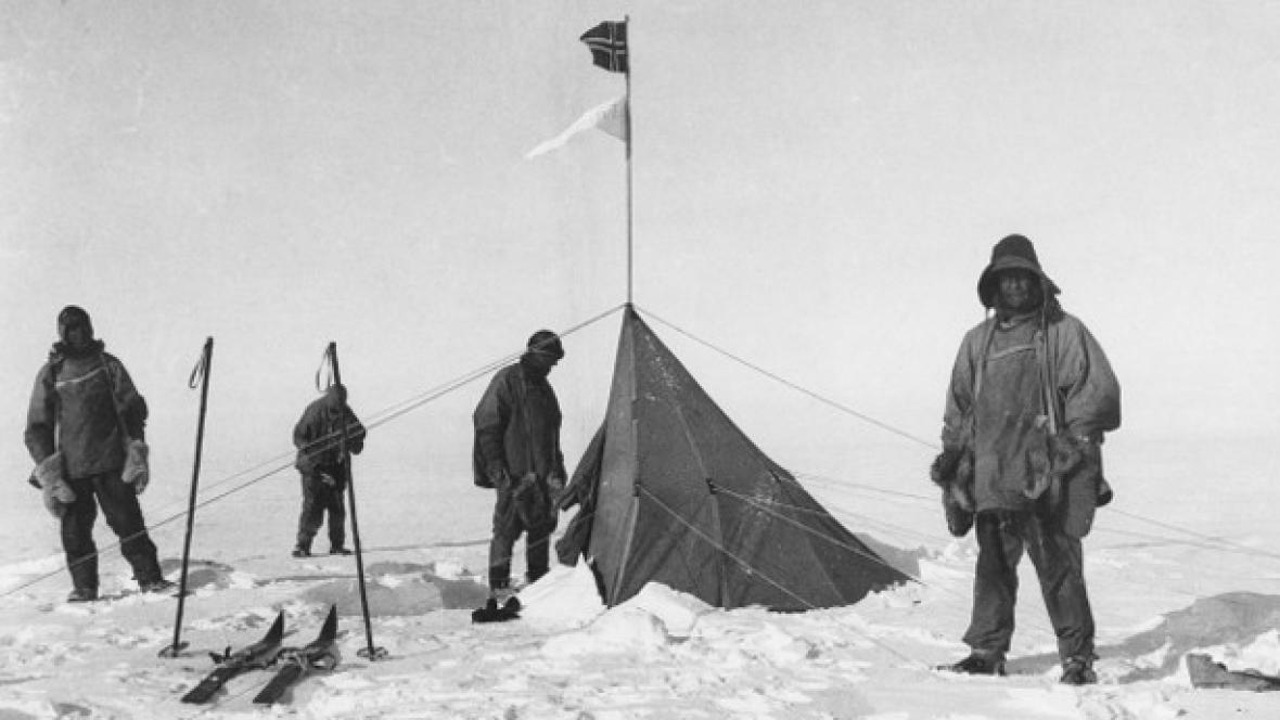 Robert Falcon Scott s týmem před stanem, který na jižním pólu zanechali Norové.
