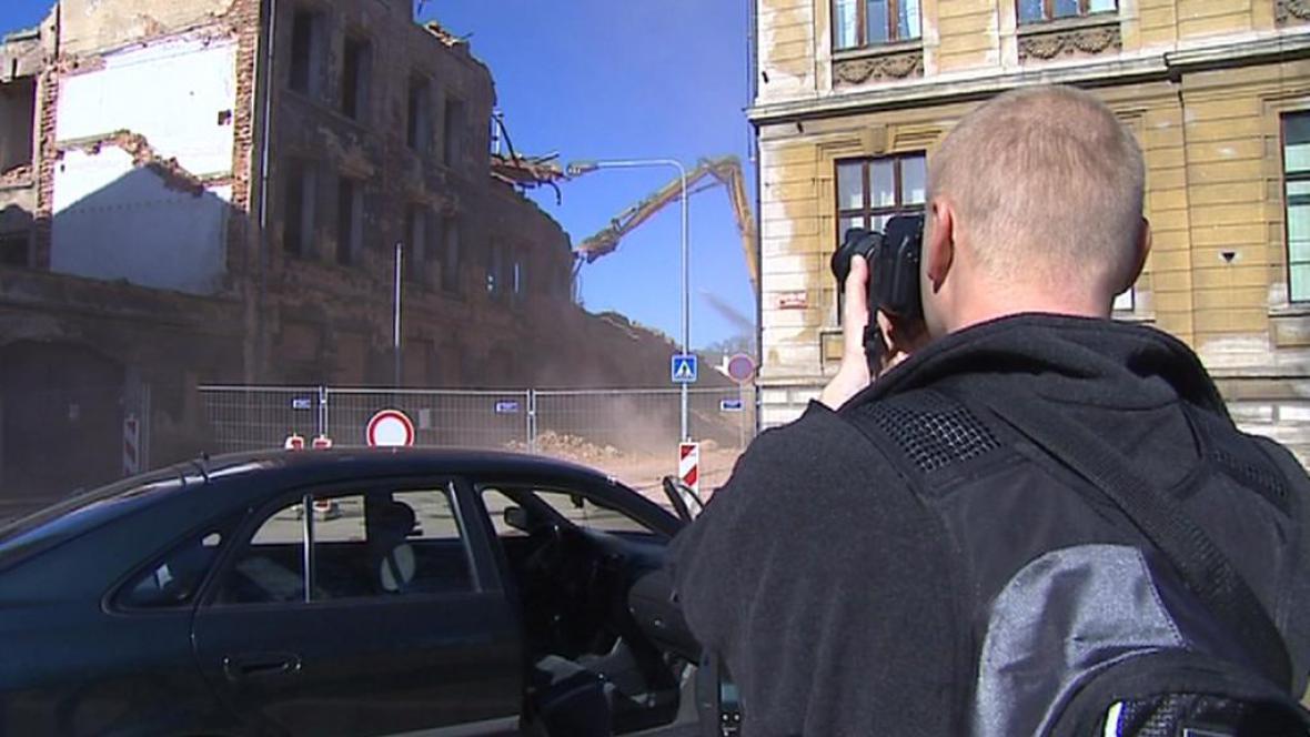 Lidé přihlíželi demolici budovy Bytexu