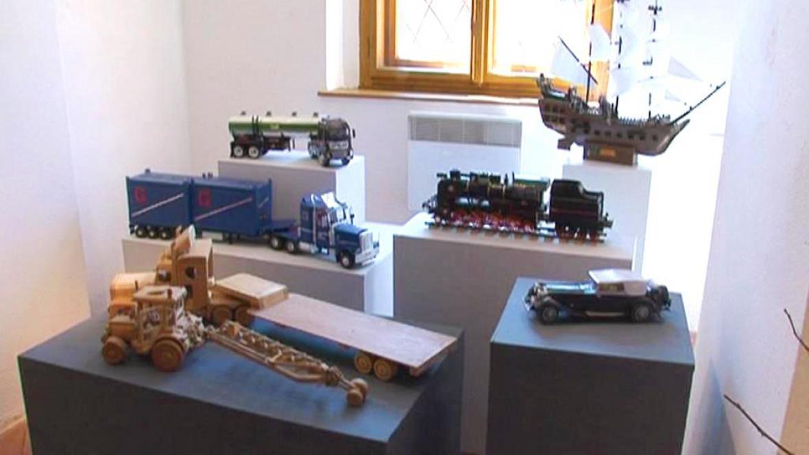 Ukázka hraček, které vyrobili vězni z Kuřimi